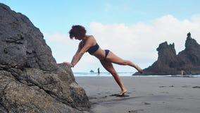Γυναίκα ικανότητας ώθηση-UPS που κάνει pushups έξω στην επίλυση παραλιών Κατάλληλο θηλυκό αθλητικό πρότυπο κορίτσι που εκπαιδεύει απόθεμα βίντεο