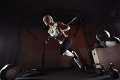 Γυναίκα ικανότητας workout στο TRX στη γυμναστική Στοκ φωτογραφία με δικαίωμα ελεύθερης χρήσης