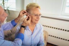 Γυναίκα και άνδρας ή συνταξιούχοι με ένα πρόβλημα ακρόασης στοκ φωτογραφίες με δικαίωμα ελεύθερης χρήσης
