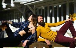 Γυναίκα και άνδρας με τα ονειροπόλα πρόσωπα στο άσπρο υπόβαθρο οικοδόμησης Στοκ Εικόνες