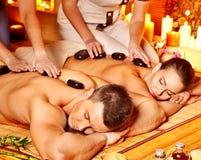 Γυναίκα και άνδρας που παίρνουν το μασάζ θεραπείας πετρών στοκ φωτογραφία