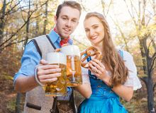 Γυναίκα και άνδρας στη βαυαρική μπύρα κατανάλωσης Tracht στοκ εικόνα με δικαίωμα ελεύθερης χρήσης