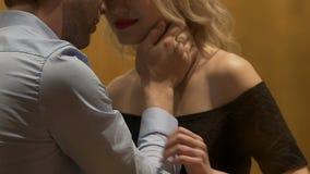 Γυναίκα και άνδρας στον πίνακα φραγμών ο ένας σχετικά με τον άλλον ήπια πρόσωπο με πρόσωπο, επανάληψη απόθεμα βίντεο