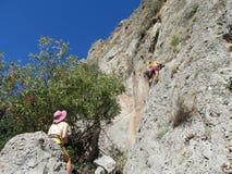 Γυναίκα και άνδρας ορειβατών βράχου στον απότομο βράχο Στοκ φωτογραφίες με δικαίωμα ελεύθερης χρήσης