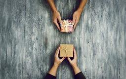 Γυναίκα και άνδρας που ανταλλάσσουν τα δώρα Στοκ φωτογραφίες με δικαίωμα ελεύθερης χρήσης