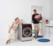 Γυναίκα και άνδρας που κάνουν το πλυντήριο Στοκ εικόνες με δικαίωμα ελεύθερης χρήσης