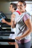 Γυναίκα και άνδρας που τρέχουν Treadmill Στοκ εικόνα με δικαίωμα ελεύθερης χρήσης