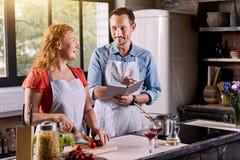 Γυναίκα και άνδρας στην κουζίνα στοκ εικόνες με δικαίωμα ελεύθερης χρήσης