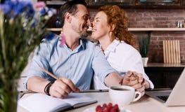 Γυναίκα και άνδρας σχετικά με τις μύτες Στοκ Φωτογραφία