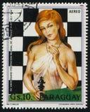 Γυναίκα και ένας πίνακας σκακιού από Mullin Στοκ εικόνες με δικαίωμα ελεύθερης χρήσης