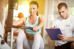 Γυναίκα και εκπαιδευτής γυμναστικής στοκ εικόνα με δικαίωμα ελεύθερης χρήσης