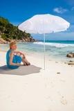 Γυναίκα και λευκό sunshade στοκ φωτογραφία με δικαίωμα ελεύθερης χρήσης