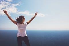 Γυναίκα και θάλασσα στοκ εικόνες με δικαίωμα ελεύθερης χρήσης