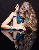 Γυναίκα και καθρέφτης Brunette Στοκ Φωτογραφία