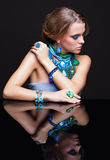 Γυναίκα και καθρέφτης Brunette Στοκ εικόνες με δικαίωμα ελεύθερης χρήσης