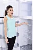 γυναίκα και κενό ψυγείο στοκ εικόνες με δικαίωμα ελεύθερης χρήσης
