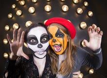 Γυναίκα και κορίτσι με τα χρωματισμένα πρόσωπα μεγάλος φωτεινός Ιστός αραχνών σκιών μυστηρίου σεληνόφωτου φωτοστεφάνου ευελιξιών  Στοκ εικόνα με δικαίωμα ελεύθερης χρήσης