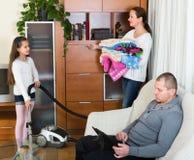 Γυναίκα και κορίτσι που κάνουν τον καθαρισμό Στοκ Εικόνες