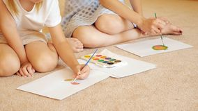 Γυναίκα και κορίτσι συγκομιδών που επισύρουν την προσοχή σε χαρτί στοκ εικόνες με δικαίωμα ελεύθερης χρήσης