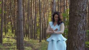 Γυναίκα και κουνούπια στο δάσος φιλμ μικρού μήκους