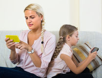 Γυναίκα και κόρη με τα smartphones Στοκ Εικόνες