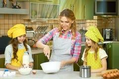 Γυναίκα και μαγείρεμα παιδιών Στοκ Φωτογραφίες