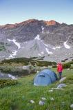 Γυναίκα και μια σκηνή στα βουνά Στοκ Εικόνα