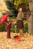 Γυναίκα και μικρό κορίτσι στο πάρκο φθινοπώρου με το καλάθι μήλων Στοκ φωτογραφία με δικαίωμα ελεύθερης χρήσης