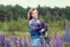 Γυναίκα και λουλούδια Στοκ Φωτογραφία