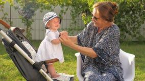 Γυναίκα και παιδί παλαιότερος νεώτερος όμορφες κυρίες φιλμ μικρού μήκους