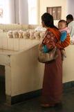 Γυναίκα και παιδί - εκατονταετηρίδας αγορά αγροτών - Thimphu - Μπουτάν Στοκ φωτογραφίες με δικαίωμα ελεύθερης χρήσης