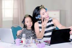 Γυναίκα και παιδί που κάνουν makeup στην κρεβατοκάμαρα Στοκ φωτογραφία με δικαίωμα ελεύθερης χρήσης