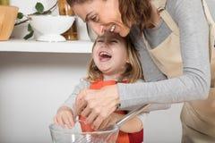 Γυναίκα και παιδί που μαγειρεύουν και που γελούν Στοκ φωτογραφία με δικαίωμα ελεύθερης χρήσης