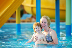 Γυναίκα και παιδί στο aquapark Στοκ Φωτογραφία