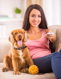 Γυναίκα και σκυλί στοκ φωτογραφίες με δικαίωμα ελεύθερης χρήσης
