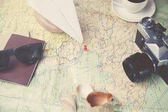 Γυναίκα και χάρτης Στοκ εικόνα με δικαίωμα ελεύθερης χρήσης