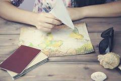 Γυναίκα και χάρτης Στοκ φωτογραφίες με δικαίωμα ελεύθερης χρήσης