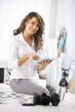 Γυναίκα και ψηφιακή ταμπλέτα στοκ εικόνα