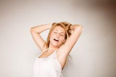 Γυναίκα κανένα makeup που χασμουριέται και που τεντώνει Στοκ εικόνες με δικαίωμα ελεύθερης χρήσης