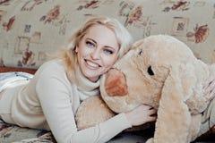 γυναίκα καναπέδων Στοκ Εικόνα