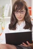 γυναίκα καναπέδων lap-top στοκ εικόνα με δικαίωμα ελεύθερης χρήσης