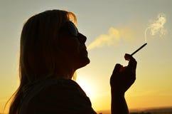 γυναίκα καπνίσματος τσι&gamm Στοκ Εικόνες