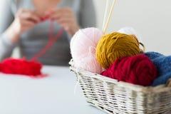 Γυναίκα, καλάθι με το πλέξιμο των βελόνων και των σφαιρών νημάτων Στοκ Εικόνα