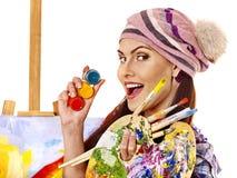 Γυναίκα καλλιτεχνών με την παλέτα χρωμάτων Στοκ Εικόνες