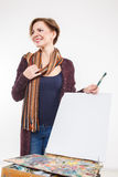 Γυναίκα καλλιτεχνών στην εργασία απομονωμένος Στοκ φωτογραφία με δικαίωμα ελεύθερης χρήσης