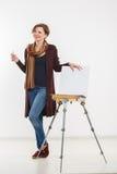 Γυναίκα καλλιτεχνών στην εργασία απομονωμένος Στοκ Φωτογραφίες