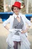 Γυναίκα καλλιτεχνών τσίρκων στο κόκκινο καπέλο Στοκ Φωτογραφία