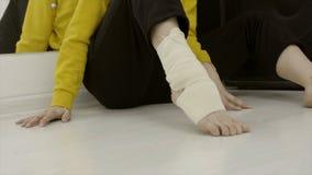 Γυναίκα κινηματογραφήσεων σε πρώτο πλάνο που επιδένει το πόδι της με τον ελαστικό επίδεσμο r Απροσδόκητο ζημία ή τέντωμα του αστρ στοκ εικόνα