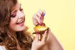Γυναίκα κινηματογραφήσεων σε πρώτο πλάνο που τρώει τα γλυκά τρόφιμα κέικ φρούτων Στοκ εικόνες με δικαίωμα ελεύθερης χρήσης