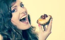 Γυναίκα κινηματογραφήσεων σε πρώτο πλάνο που τρώει τα γλυκά τρόφιμα κέικ φρούτων Στοκ Εικόνες